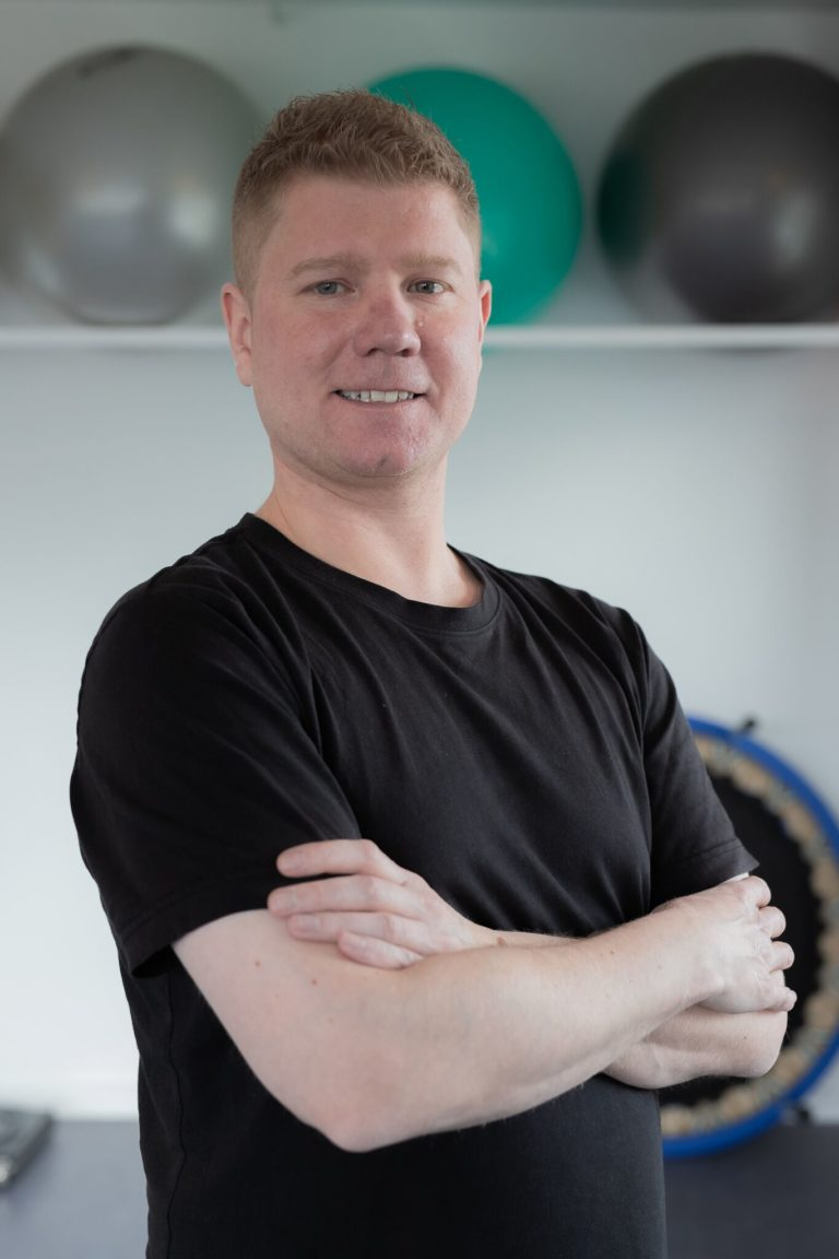 Jeg er uddannet fysioterapeut fra Københavns Professionshøjskole i 2015. Jeg har derefter arbejdet selvstændigt, på kommunalt træningscenter og plejehjem samt på privat klinik på Frederiksberg. Jeg har også arbejdet frivillig i Nyreforeningens ungdomsgruppe, hvor jeg arrangerede kurser og motionskurser for unge nyresyge i alderen 12-17 og 18-30 år. Jeg interesserer mig primært for manuel behandling og arbejder ud fra en biopsykosocial tilgang. For at dygtiggøre mig, har jeg løbende taget kurser: – Mekanisk Diagnostik og Terapi (MDT) – Correction Academy – Mulligan – Instruktørskolens basisuddannelse